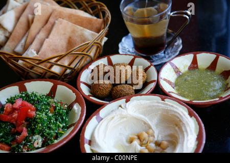 Typisches Frühstück mit Hummus, Falafel, Salat und Pita Brot, Aqaba, Jordanien. - Stockfoto