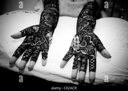 Eine indische Braut mit ihren Händen gemalt mit Henna in Neu-Delhi in Indien. - Stockfoto