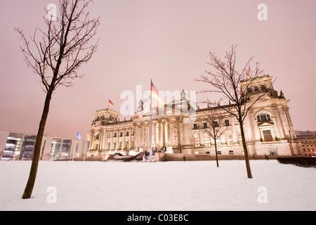 Beleuchtete Reichstag Parlamentsgebäude in Winter, Berlin, Deutschland, Europa - Stockfoto