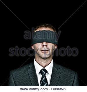 Mann mit verbundenen Augen auf schwarzem Hintergrund - Stockfoto