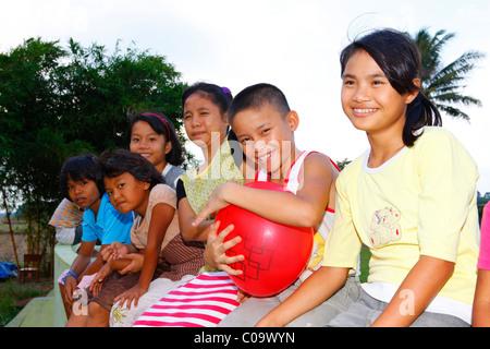 Gruppe von Kindern mit einem Ballon, Margaritha Kinder zuhause, Marihat, Batak Region, Insel Sumatra, Indonesien, - Stockfoto