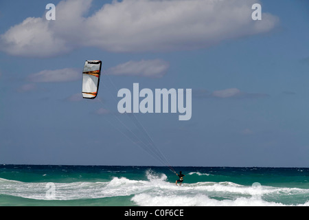 Kitesurfer am Playa del Este, Santa Maria Del Mar, in der Nähe von Havanna Kuba - Stockfoto