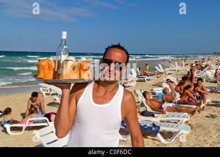 Barkeeper mit Kokosnüssen und Rum in Playa del Este, Santa Maria Del Mar, in der Nähe von Havanna Kuba - Stockfoto