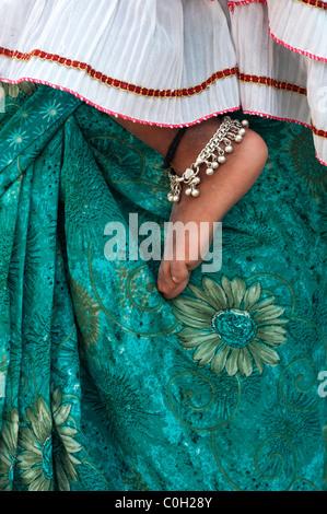 Indische Kinder barfuß gegen Mütter grün floral sari - Stockfoto