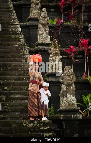 Hinduistischen Anbeter kommen in den wichtigsten Tempel in Bali, Indonesien-Besakih oder der Mutterbügel Angebote - Stockfoto
