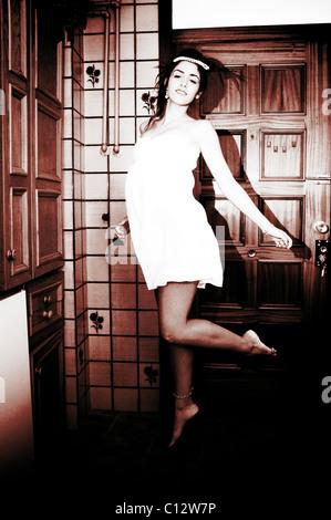 Junge Frau im Kleid der 1940er Jahre springen - Stockfoto
