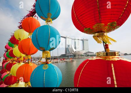 Das Marina Bay Sands Singapur betrachtet durch Chinese New Year Laternen.  Marina Bay, Singapur - Stockfoto