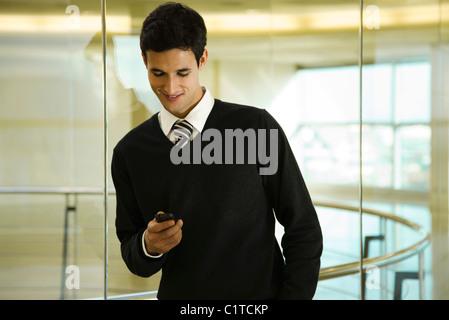 Geschäftsmann Text messaging mit Handy - Stockfoto