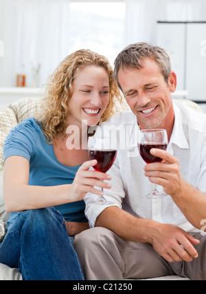 Paar, trinken Rotwein im Wohnzimmer - Stockfoto