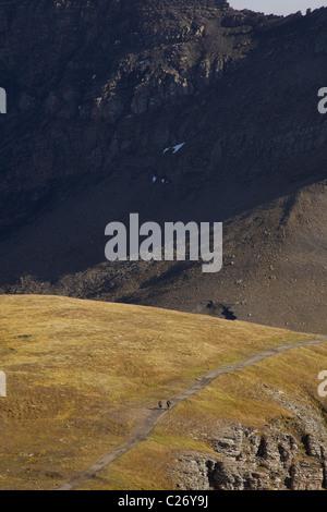 Alpine Landschaft mit zwei Rucksacktouristen zu Fuß auf Bergweg - Stockfoto