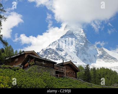 traditionelle schweizer h user entlang der stra e in richtung furi und das matterhorn in zermatt. Black Bedroom Furniture Sets. Home Design Ideas