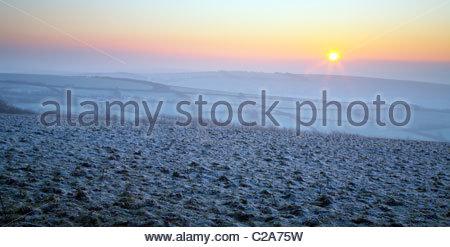 Winter-Sonnenaufgang über dem Frost bedeckt Landschaft, in der Nähe von Withypool, Exmoor National Park, Somerset, - Stockfoto