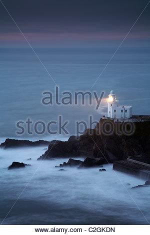 Hartland Point Lighthouse bei Einbruch der Dunkelheit, North Devon, England, UK - Stockfoto