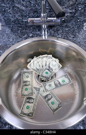 US-Dollar in eine Wanne entleeren mit Wasser laufen, Konzept gutes Geld den Bach runter. - Stockfoto