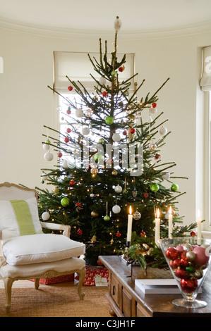 geschm ckten weihnachtsbaum im raum der kunst und handwerk. Black Bedroom Furniture Sets. Home Design Ideas
