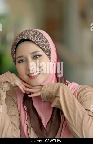 Close-up Portrait der jungen Schönheit asiatischer muslimische Frau im Kopftuch mit einem schönen Lächeln - Stockfoto