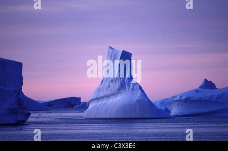 Antarktis. Landschaft. Schwimmenden Eisberg bei Sonnenaufgang. - Stockfoto