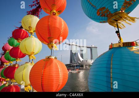 Singapur, Singapur, Marina Bay. Das Marina Bay Sands Hotel angesehen durch Chinese New Year Dekorationen. - Stockfoto
