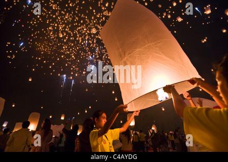 Thailand, Chiang Mai, San Sai.  Nachtschwärmer starten während der Yi Peng Festival Khom Loi (Himmelslaternen) in - Stockfoto