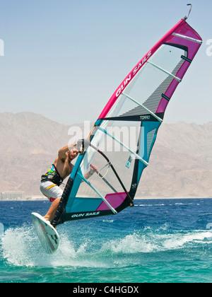 Ein Windsurfer Durchführung tricks am Roten Meer im Resort von Eilat in Israel. - Stockfoto