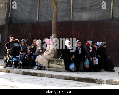 Türkei Istanbul türkische muslimische islamische Frauen sitzen im Schatten - Stockfoto