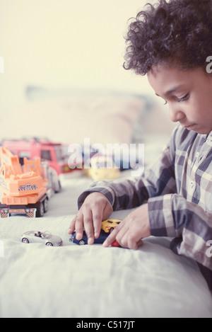 Kleiner Junge spielt mit Spielzeug-Autos - Stockfoto