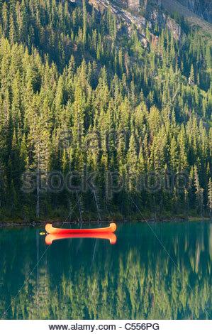 Rote Kanu in den See, Lake Louise, Banff Nationalpark, Alberta, Kanada - Stockfoto