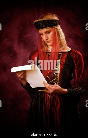 Mittelalterliche Frau liest einen Brief - Stockfoto