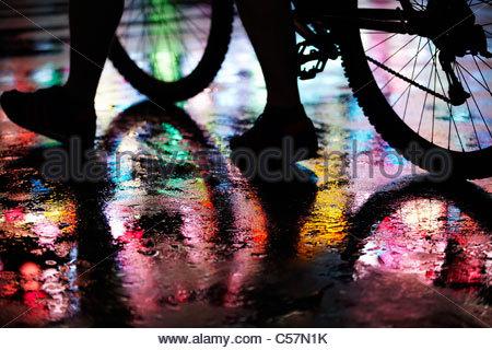 Nassen Stadtstraße durch Neonlicht beleuchtet - Stockfoto
