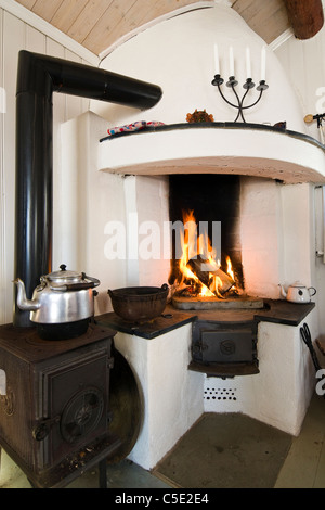 ... Ansicht Der Wasserkocher Von Brennenden Kamin In Das Haus   Stockfoto