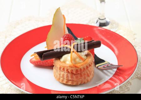 Creme gefüllten Blätterteig Schale mit frischen Früchten garniert - Stockfoto