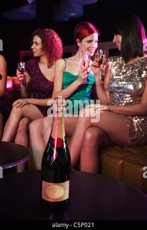 Junge Frauen genießen Champagner in Nachtclub - Stockfoto