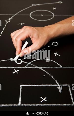Handzeichnung eine Fußball-Spiel-Strategie mit weißer Kreide auf eine Tafel. - Stockfoto