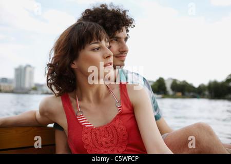 Deutschland, Berlin, junges Paar auf Motorboot, Porträt - Stockfoto
