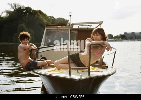 Deutschland, Berlin, junges Paar auf Motorboot - Stockfoto
