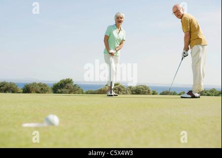 Spanien, Mallorca, älteres paar Golf spielen - Stockfoto
