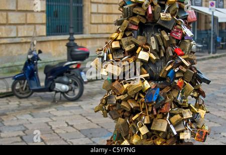 Liebesschlösser (Vorhängeschlösser) am Laternenpfahl, Piazza Oronzo, Lecce, Apulien (Puglia), Süditalien - Stockfoto