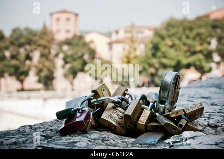 Liebe Vorhängeschlösser an den Stein Brücke, Verona Italien gebunden - Stockfoto