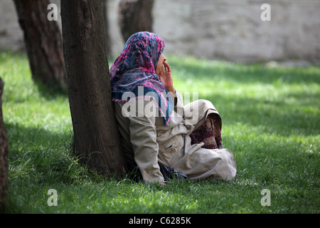 Frau im Park, Istanbul Türkei - Stockfoto
