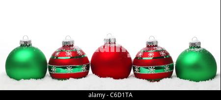 Weihnachtskugeln auf Schnee auf weißem Hintergrund - Stockfoto