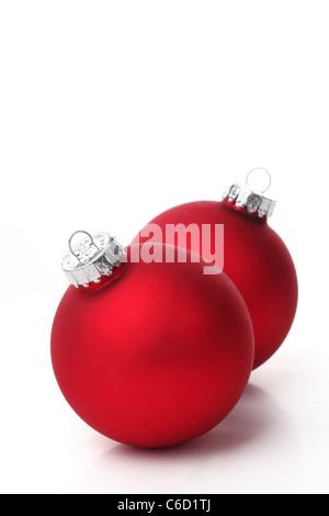 Rote Weihnachtskugeln auf weißem Hintergrund. - Stockfoto