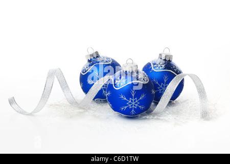 Blaue Weihnachtskugeln mit Band auf weißem Hintergrund. - Stockfoto