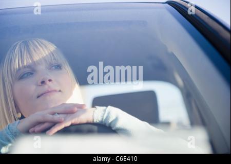 USA, Brooklyn, Williamsburg, Porträt von blonde Frau, die Auto fahren - Stockfoto