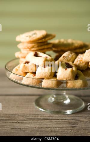 Schwedische Kekse, Finska pinnar, Syltgrotta (Marmelade Spritzgebäck) und Korintkaka (Rosinen Cookies) - Stockfoto