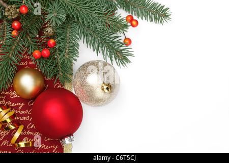 Christbaumschmuck auf weißem Hintergrund - Stockfoto