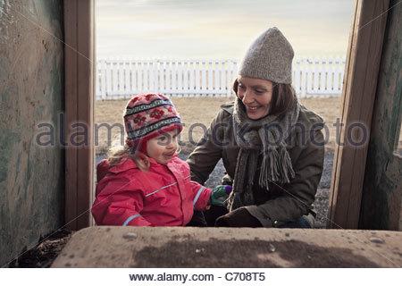 Mutter und Tochter spielen im freien - Stockfoto