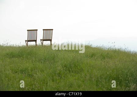 Leere Stühle auf Wiese - Stockfoto