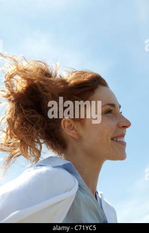 Frau lächelnd im Freien, Profil - Stockfoto