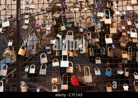 Pad-Schlösser an einem Metallgitter angebracht anzeigen Meldungen der ewigen Liebe und Engagement, Borghetto Italien - Stockfoto
