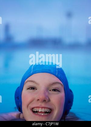 Frau in geschweiften Klammern schwimmen - Stockfoto